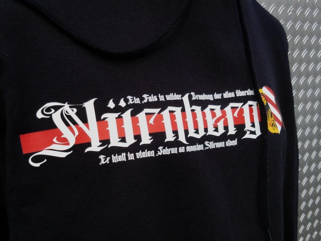 Kapuzen Sweatshirt Front + Ärmeldruck   Ein Fels in wilder Bran